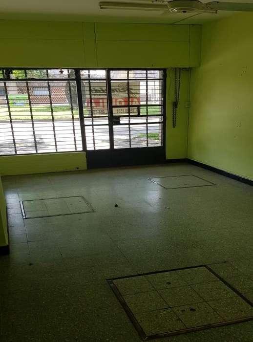 Alquiler Local Bvd. Segui NÂ 1415, frente vidriado, persiana tijera, baÃo, entrada individual por pasillo.