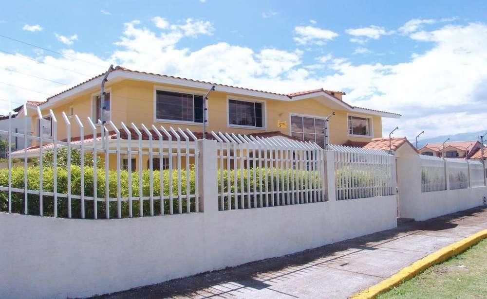 Sangolqui, casa independiente, 4 habitaciones, 265 m2, jardín 200 m2, GYM, estudio, 4 parqueaderos