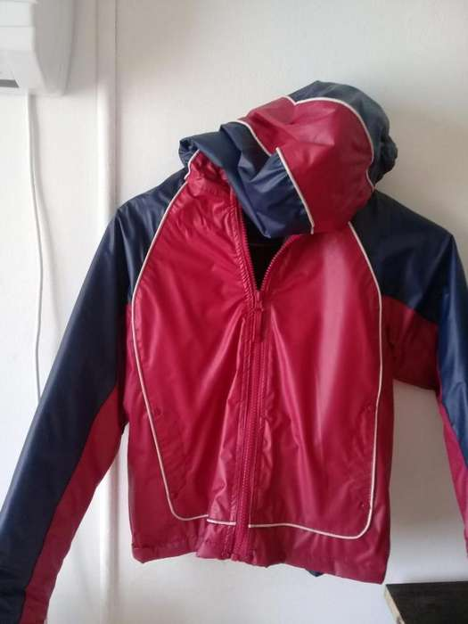 CAMPERA IMPERMEABLE AZUL Y ROJA. TALLE 8