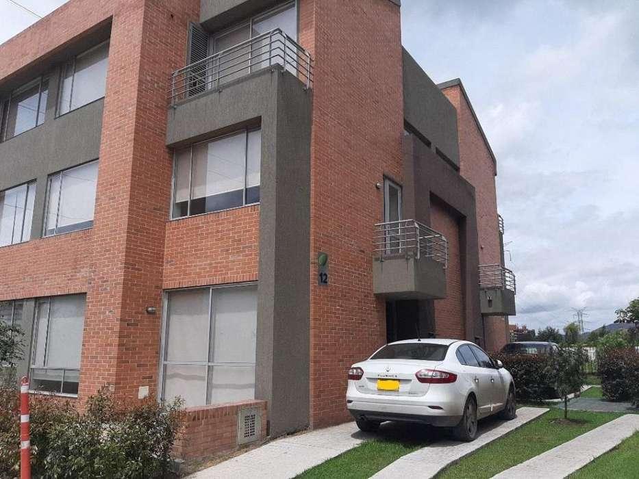 Venta o arriendo casa esquinera 3 pisos 134 m2 condominio en Mosquera