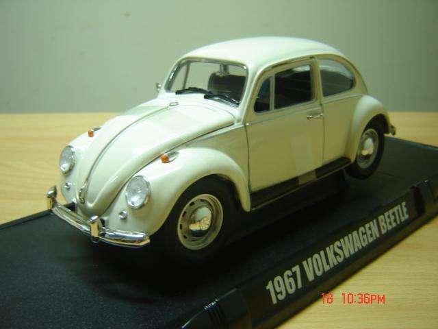Vendo VW Escarabajo 67, timón a la derecha, escala 1/18