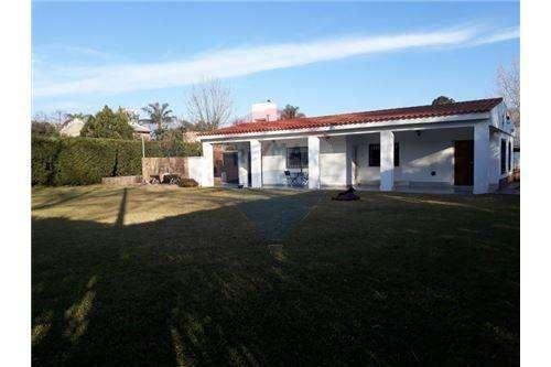 Casa 3 dorm con cochera, amplio jardín y pileta