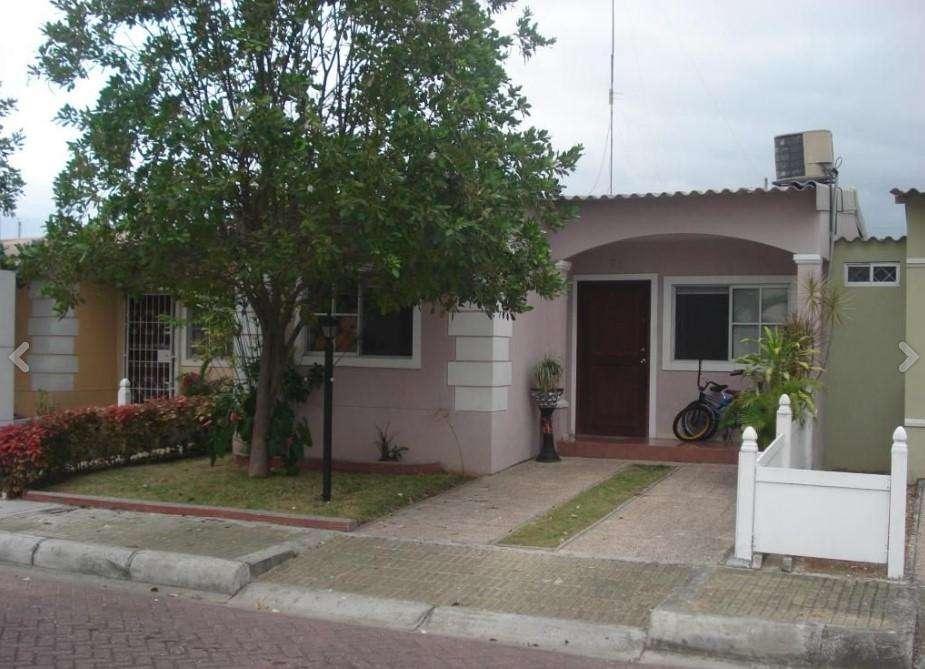 Cod# 208 Venta de Casa en Urbanización Valle Alto, Via a la Costa.