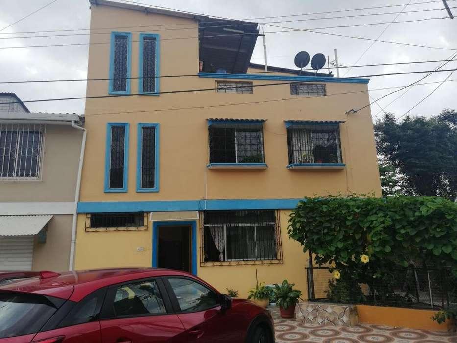 Vendo Casa Rentera con 3 Departamentos en Los Esteros