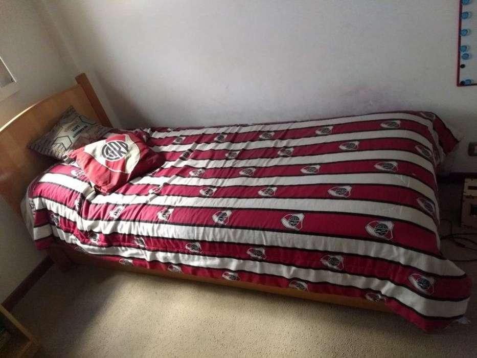 Juego de <strong>dormitorio</strong> con colchones y mesa de luz