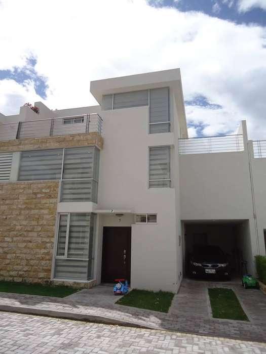 La Armenia 2 Exclusiva Casa en Venta - 3 Dormitorios, 2 y 1/2 baños Y EXTRAS.