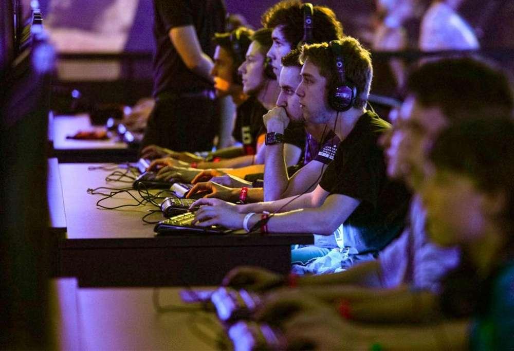 Se necesita Game Master para manejo de usuarios de juegos masivos en línea desde su propio hogar.