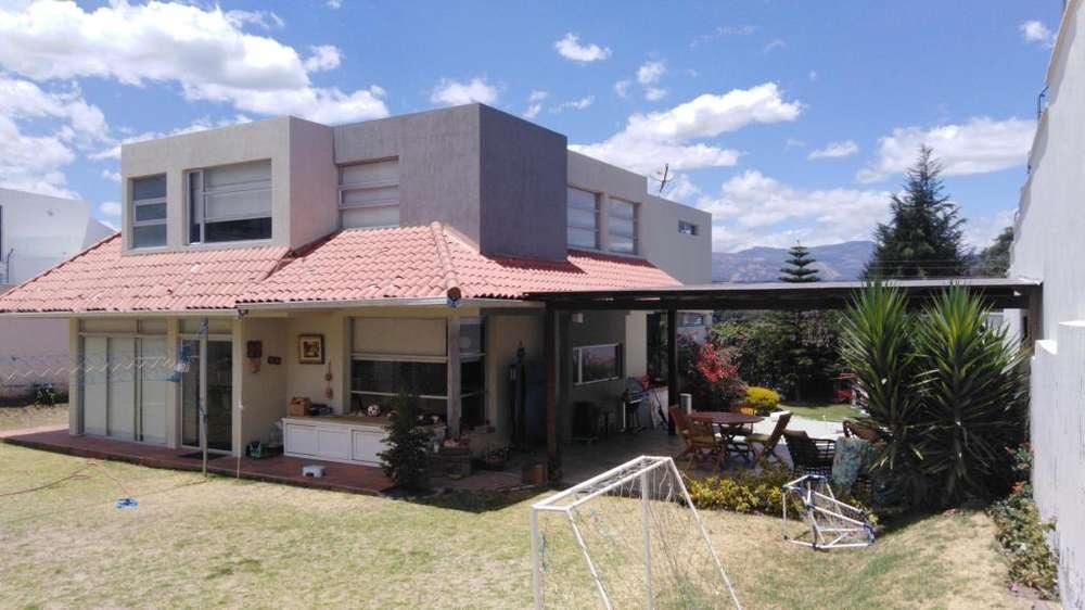 Rento linda casa en San Pedro de Nayon info 0986848749