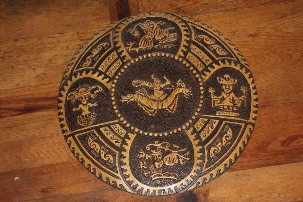 Plato tallado de una sola pieza de madera, Cultura Moche