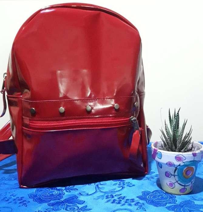 Mochila Charol Roja con Tachas Nueva