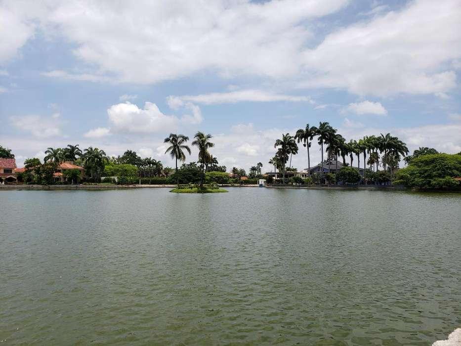 Vendo Terreno en Urbanización Los Lagos, Km. 1.5, Frente al Village Plaza, Samborondón