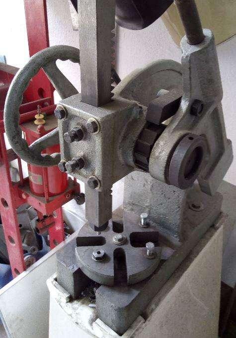 Remachadora troqueladora de dos toneladas para cuero y metales