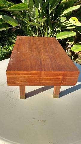 Mesa con detalle de bronce en patas