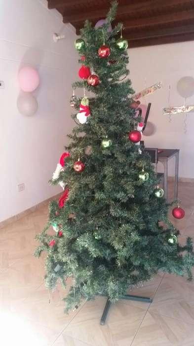 Se Vende Árbol de Navidad con Accesorios