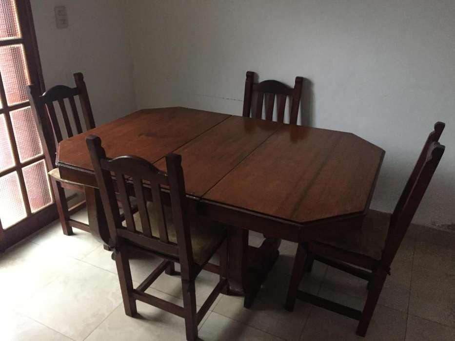 Juego de comedor con cinco sillas