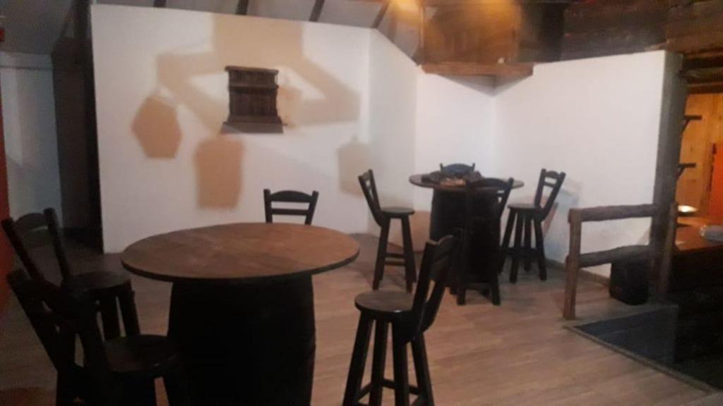 Venta  mesas, sillas, pufs, muebles y bases campestres