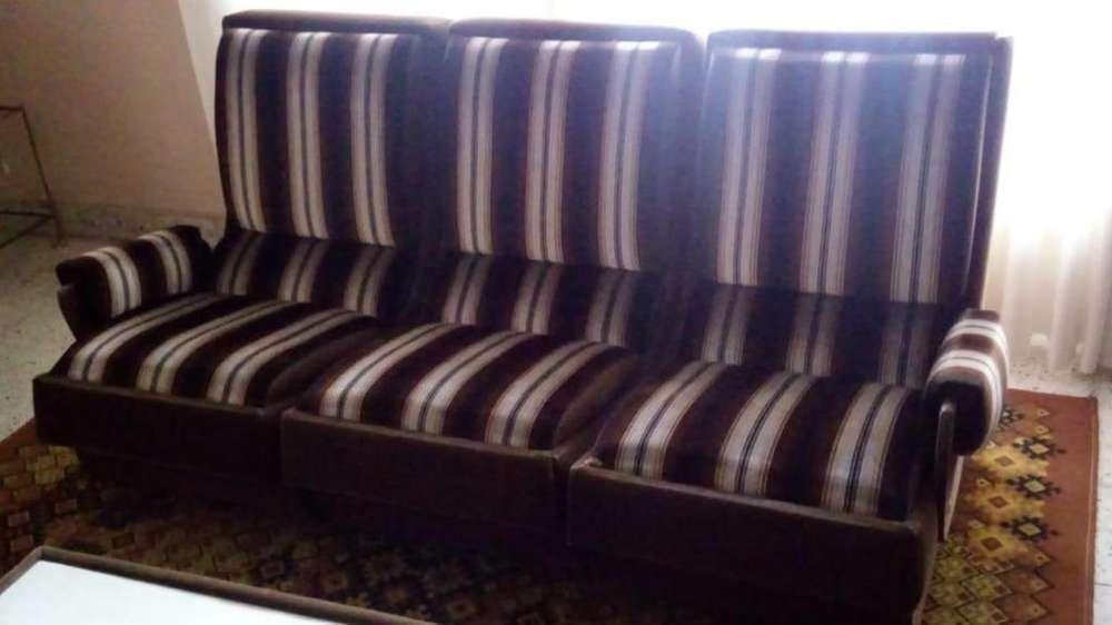 Juego de sillones de <strong>living</strong> tapizados en pana, excelente estado y calidad.