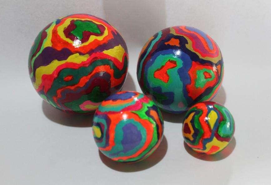 Juego de 4 esferas estilo psicodélico, la más grande de 11 cm de diámetro, 200