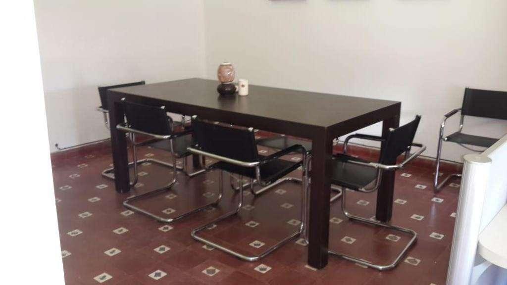 Mesa de Reuniones con Sillas de Cuero
