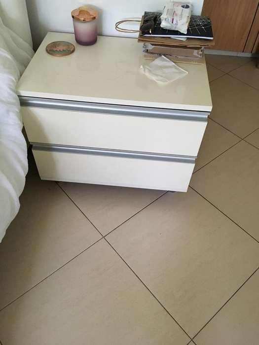 Mesa velador blanca con cajones