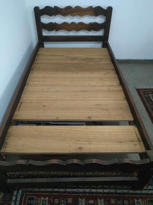 Cama de madera sencilla
