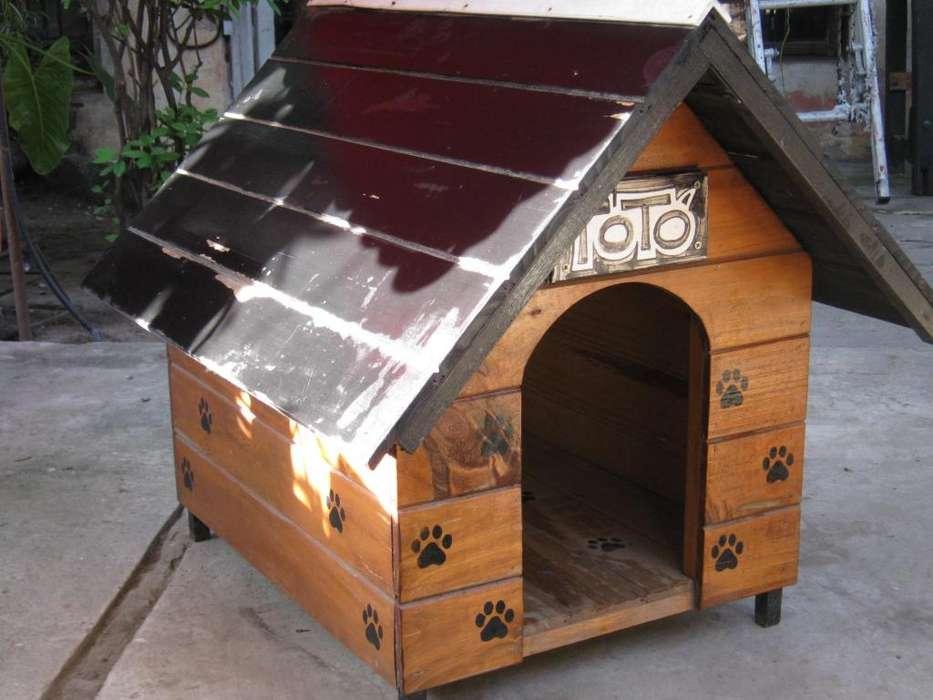 Cucha de madera para mascotas