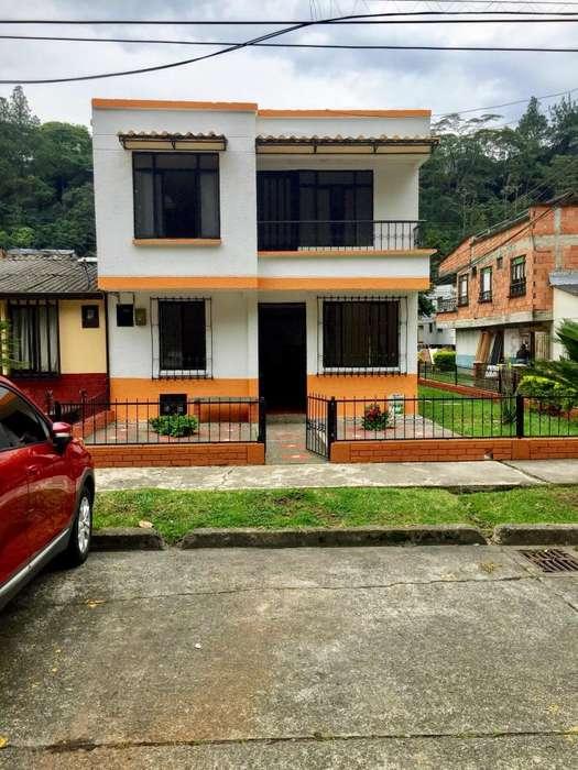 Casa Esquinera sobre vía Principal Vendo