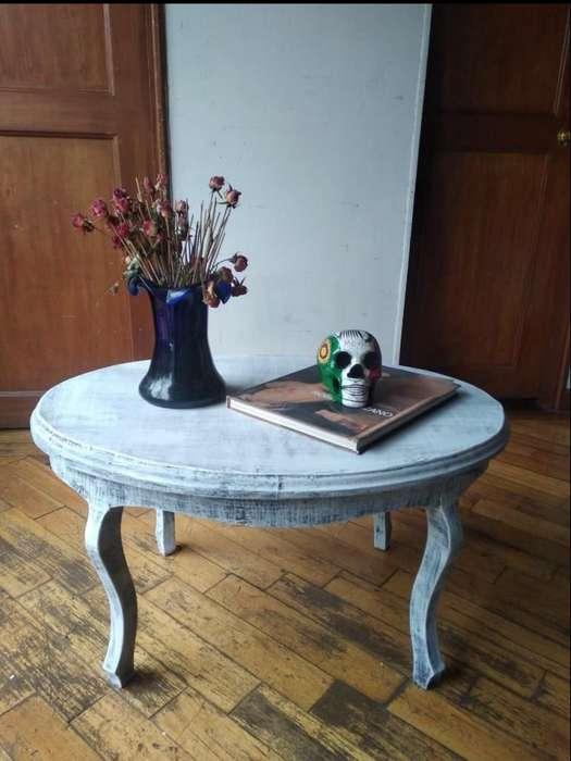 Mesa de centro. Estilo Vintage/Antiguo. Pintada a mano en técnica decapé al estilo vintage.