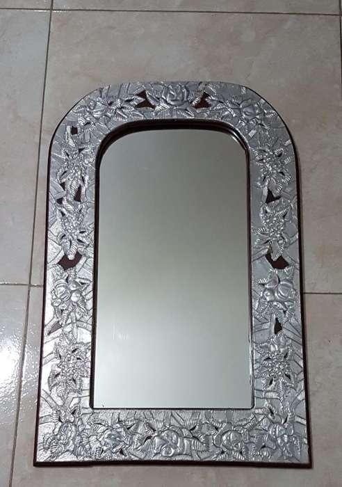 Espejo en Madera Y Repujado