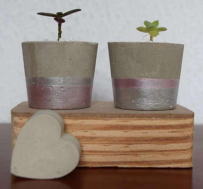 Maceta en cemento con franjas y suculenta