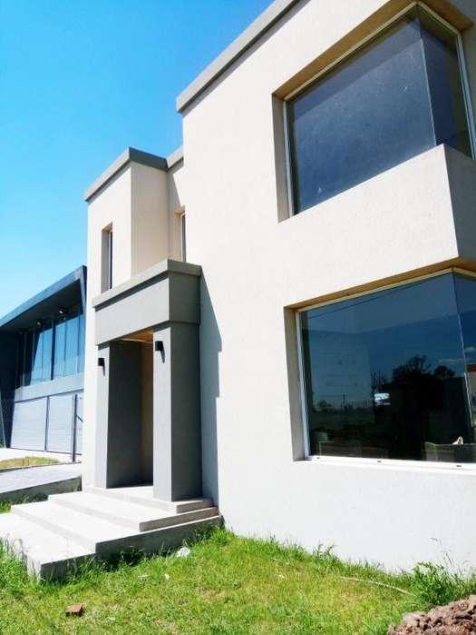 Casa en Barrio Residencial - Frente a Espacio verde