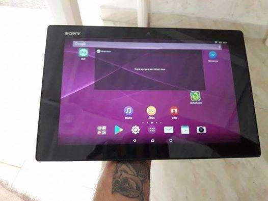 vendo tablet sony z resistente a el agua se entrega vídeo metiéndose a el agua
