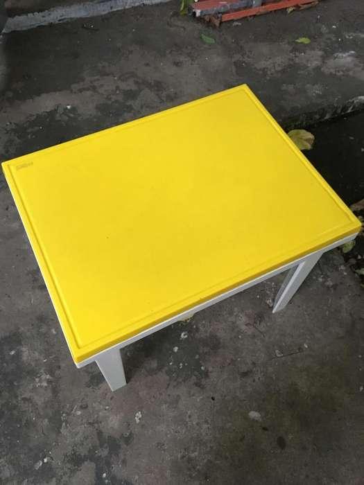 Mesa para niños con tapa y sillas