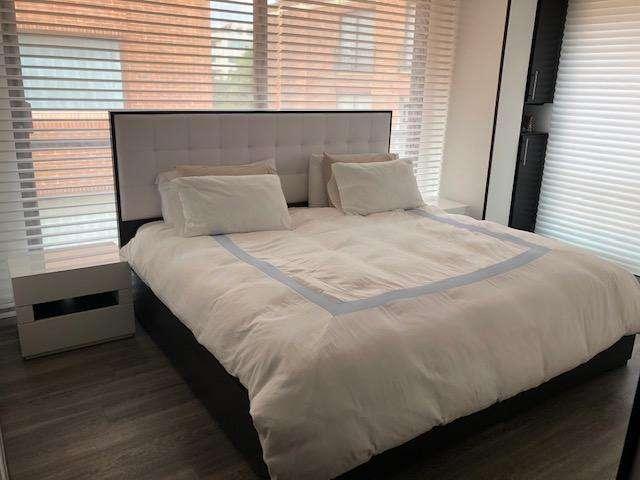 Cama King con colchón y mesas de noche - 9 meses de uso