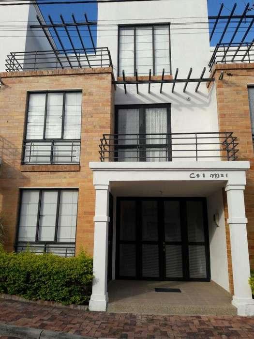 Venpermuto casa en Anapoima 3 pisos, piscina. Conjunto cerrado.
