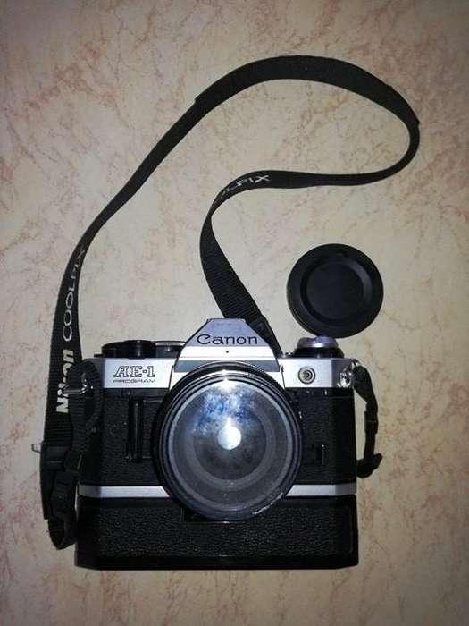 ¡SE VENDE! Canon analógica AE-1 con cuerpo en negro.