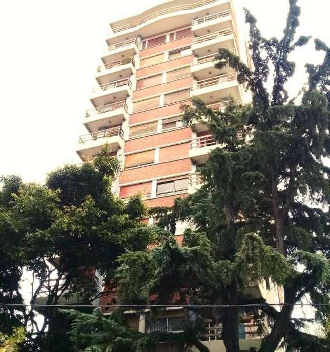 Alquiler de departamento de 2 ambientes en el centro de Quilmes. Excelente zona. Edificio Los Pinos.