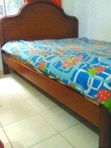 motivo viaje vendo linda cama doble de madera con colchon