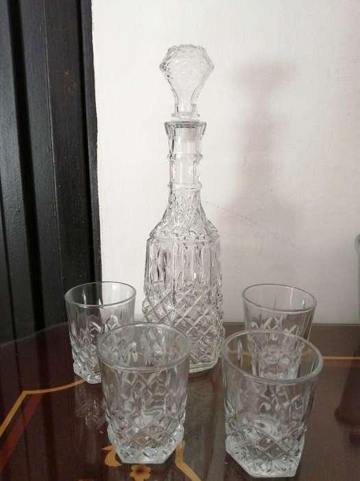 Licorera con 4 Vasos Nueva