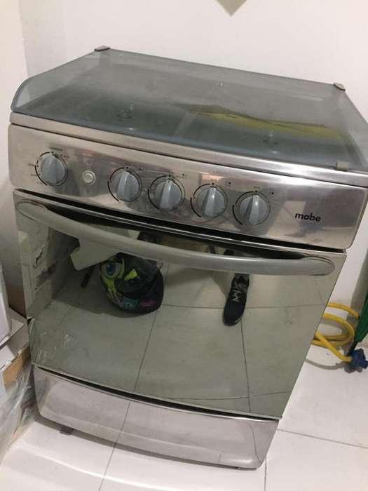 Estufa marca Mabe de 4 boquillas a gas con horno