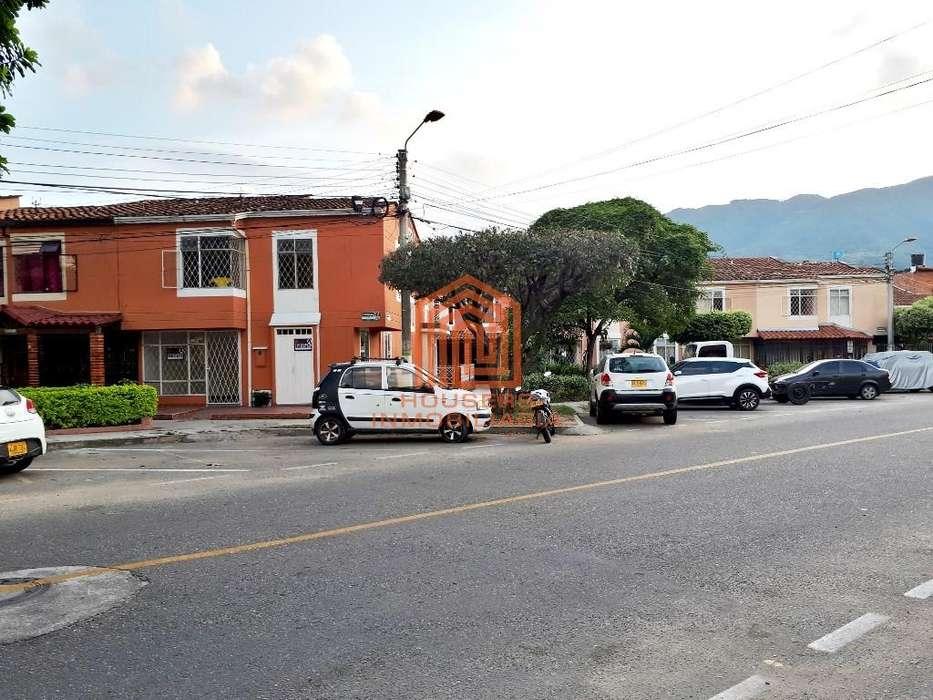 Arrendamos cómoda casa esquinera y vehicular en el Portal Campestre, Girón. Housers Inmobiliaria