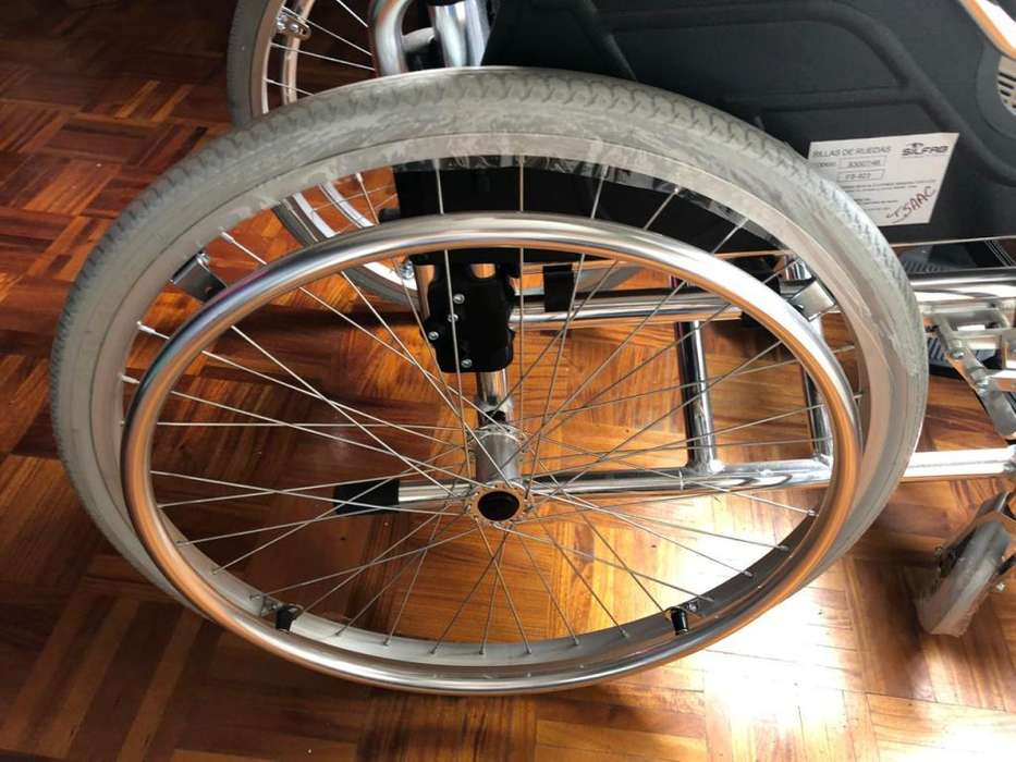 Silla de ruedas LIVIANA. Estructura de aluminio. Ruedas traseras inflables. USADA