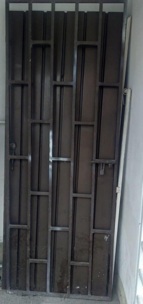 Se vende  puerta  con  reja  y chapa.