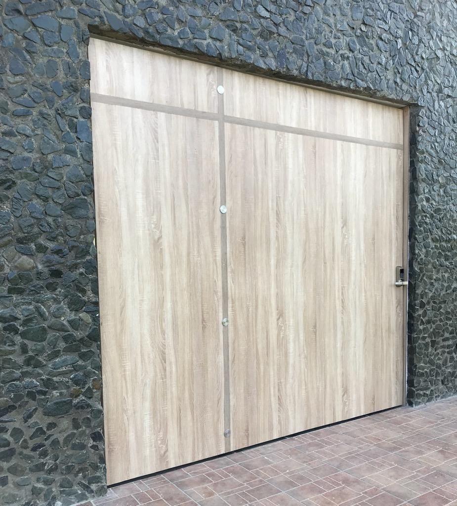 Puerta Pivote con Sistema de Seguridad.
