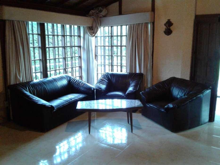 <strong>juego</strong> de sala de cuero, 1 sofá y 2 sillas, color café oscura.