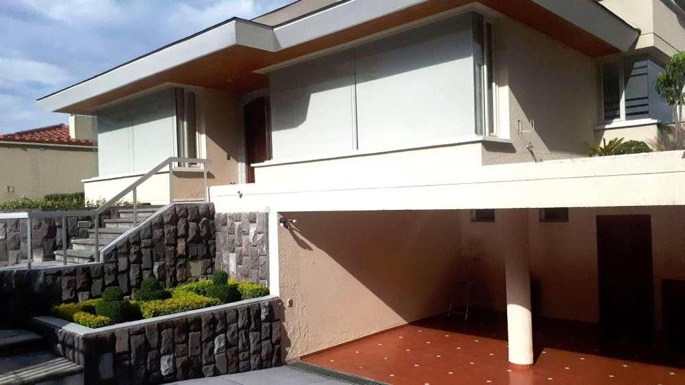 Elegante y amplia Casa de Venta, sector Miravalle - Cumbayá