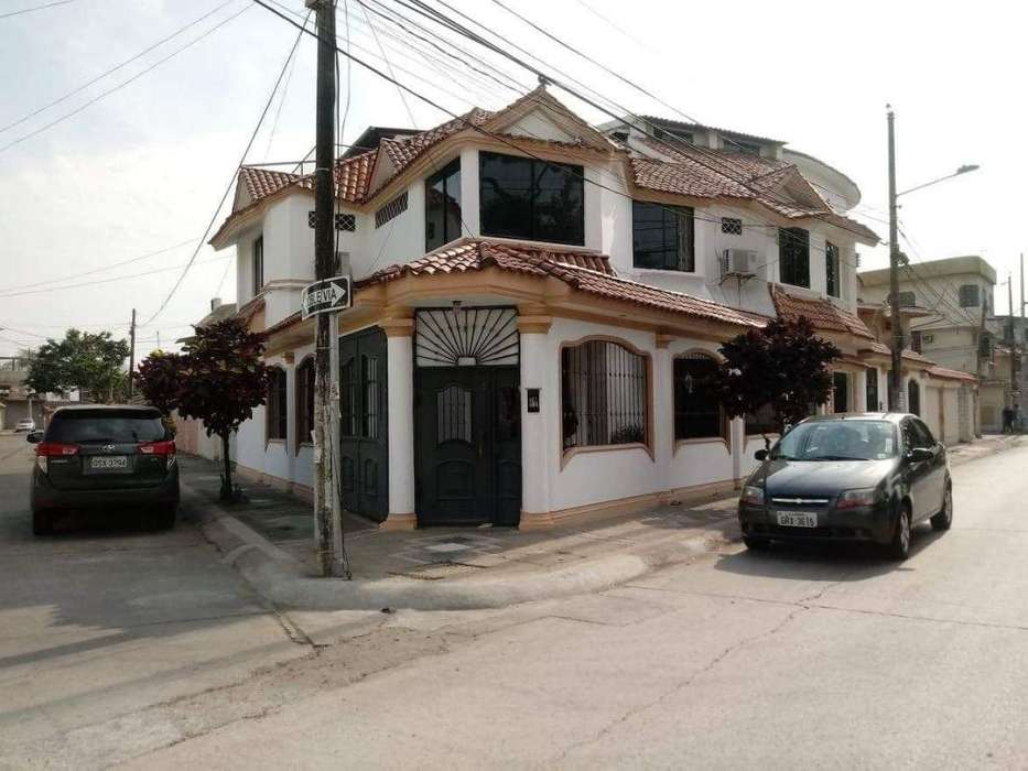 Venta de Casa en Guayacanes, a una cuadra Av. Principal Norte de Guayaquil.