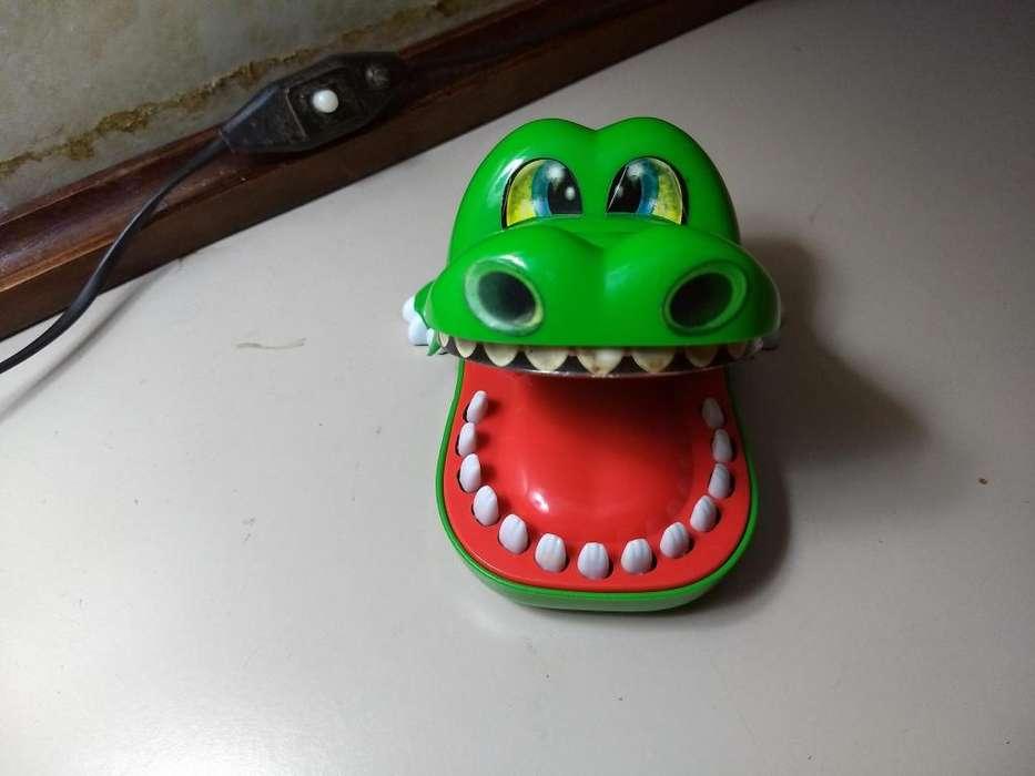 COCODRILO MUERDE DEDOS apretando el diente correcto