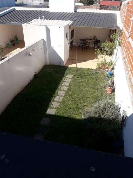 Se vende DUPLEX 2 dorm/ 3 baños/ quincho y patio verde!