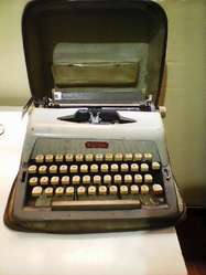Maquina de escribir ROYAL con estuche